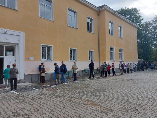 Deja de dimineață se formează cozi la unele secții de votare