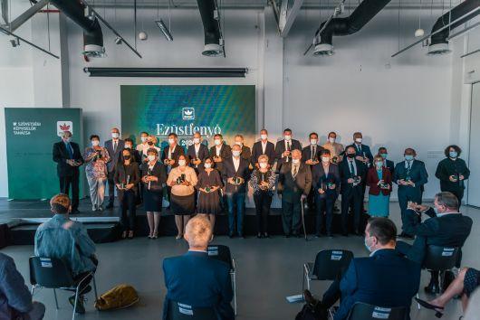"""28 de personalități marcante ale comunității maghiare au  primit distincția """"Bradul de Argint"""""""