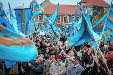 Consiliul Județean Covasna și Primăria municipiului Sfântu Gheorghe au câștigat în instanță o hotărâre de fond în cazul steagului secuiesc