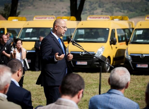 Siguranța copiilor noștri este temelia viitorului. Localități din Ținutul Secuiesc au primit autobuze școlare