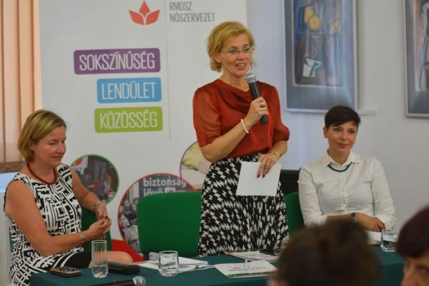 Preşedintele organizaţiei de femei a UDMR, Biró Rozália, a evidenţiat faptul că a crescut numărul femeilor reprezentante în forurile de decizie locale